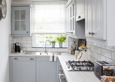 Small-l-shaped-kitchen-with-pale-cabinetry